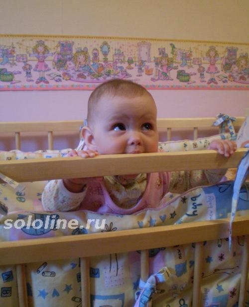малыш учится вставать