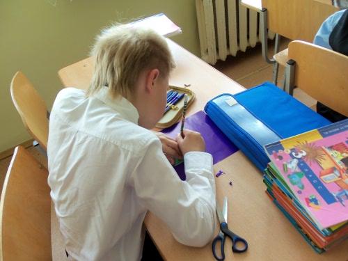 школьник рисует