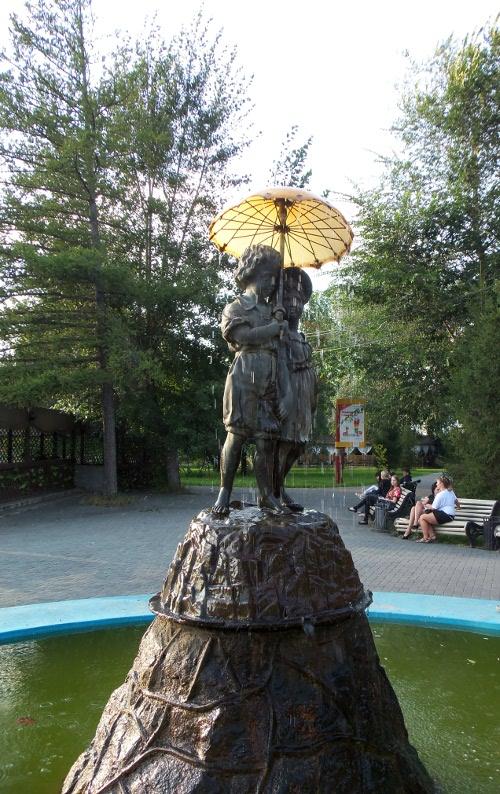 фонтан дети под зонтиком