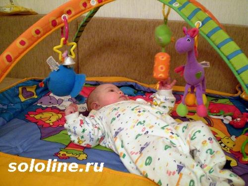 ребенок на развивающем ковринке