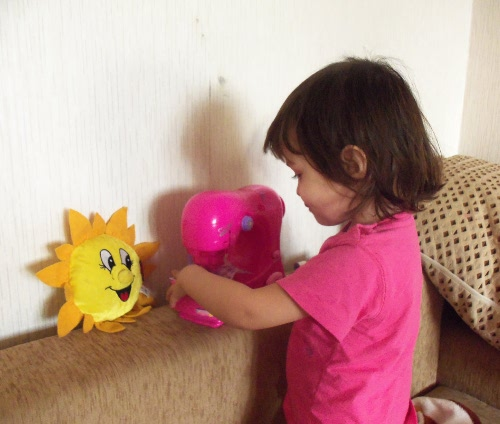 ребенок шьет на детской машинке