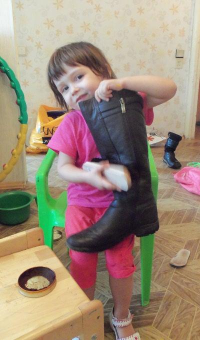 ребенок чистит сапоги
