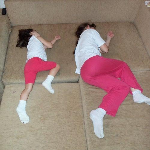двое детей спят