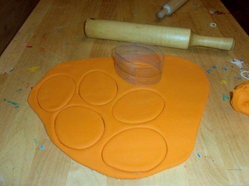 оранжевое соленое тесто