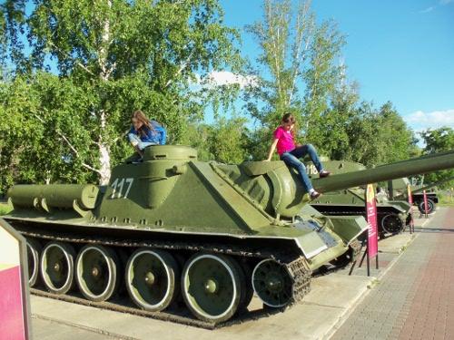 в саду победы военная техника