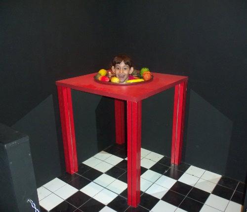 фокус голова на столе