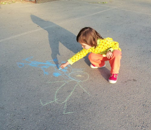 ребенок рисует мелом