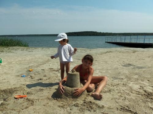 дети и песочный замок
