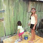 дети красят забор