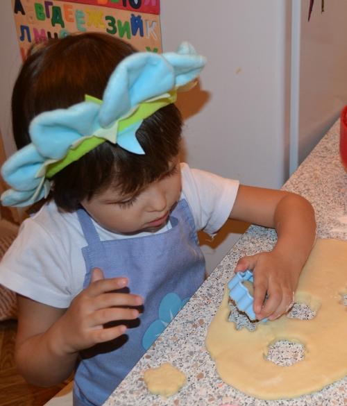 фифи делает печенье