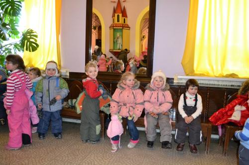 дети в кукольном театре