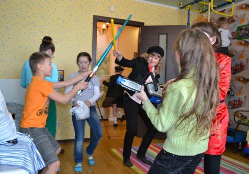 дети играют джедайский меч
