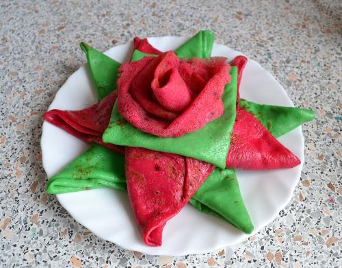 розы из цветных блинов