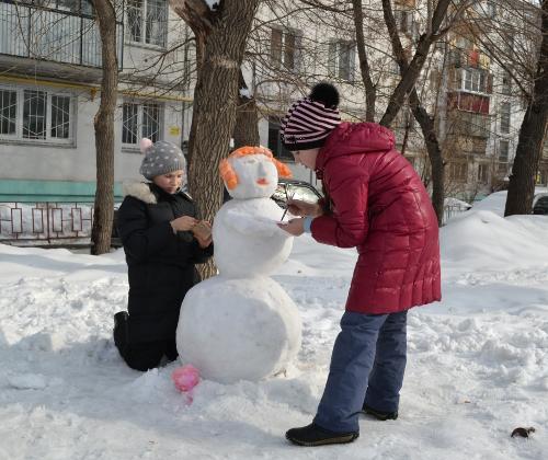 раскрашивают снеговика