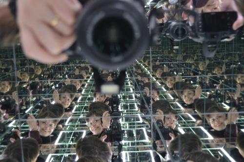 в зеркальном кубе