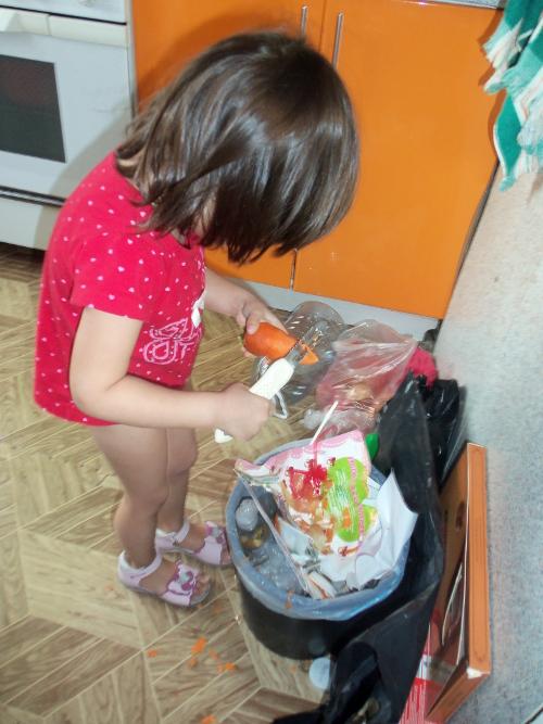 чистит морковь