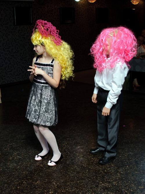 дети в цветных париках