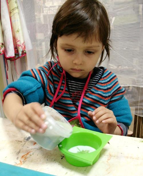 ребенок делает мыло