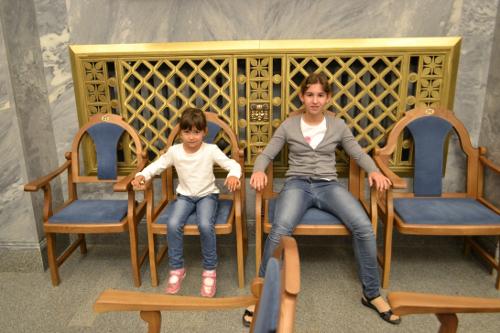 большие кресла в органном зале