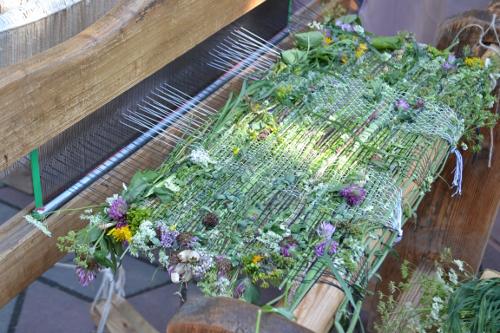 тканый коврик из травы
