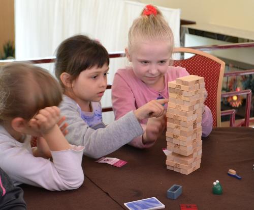 дети играют в дженгу