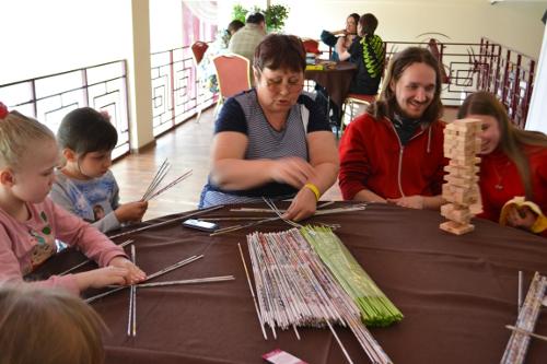дети плетут из трубочек
