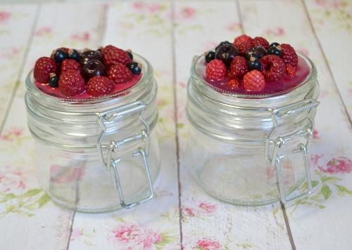 банка ягоды из пластики