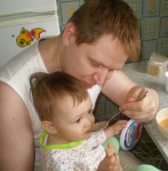 папа кормит ребенка