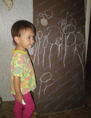 ребенок рисует тюльпаны