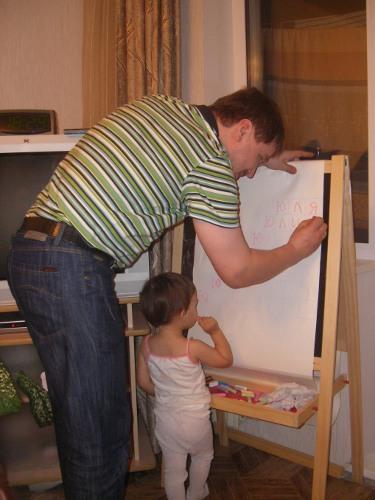 дочь помогает папе