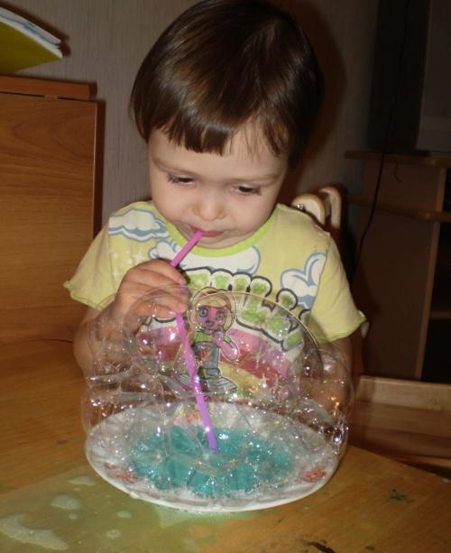 надуть огромный пузырь