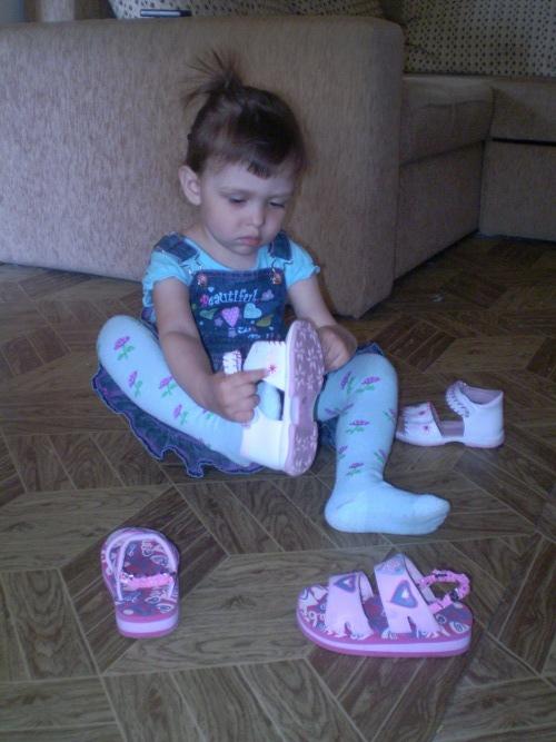 девочка примеряет туфли