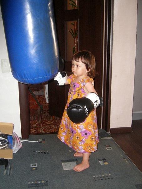 девочка с боксерской грушей