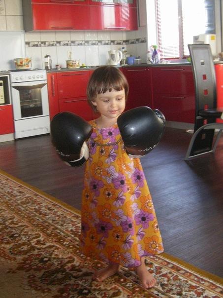 девочка в боксерских перчатках