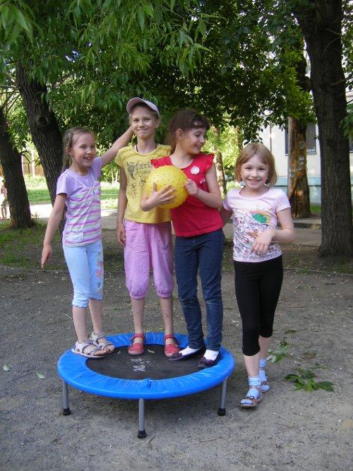 дети на батуте